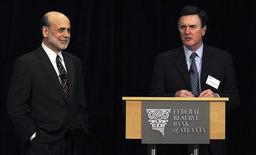 Глава ФРС США Бен Бернанке (слева) и глава ФРБ Атланты Дэннис Локхарт во время конференции, посвященной финансовым рынкам, в Стоун-Маунтин, Джорджия, 4 апреля 2011 года. Экономика США остается хрупкой, но ситуация должна значительно ухудшиться для того, чтобы ФРС запустила новый раунд монетарных стимулов, сказал в среду президент ФРБ Атланты Дэннис Локхарт. REUTERS/Tami Chappell