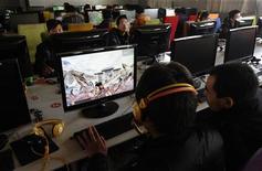 <p>Amateurs de jeux vidéo en ligne dans un café internet de Changzhi, dans la province chinoise de Shanxi. Internet apparaît comme un moyen très prisé à travers le monde pour organiser les loisirs: dans le cadre d'un sondage international Ipsos pour Reuters portant sur plus de 19.000 adultes dans 24 pays, 57% des personnes interrogées ont indiqué avoir consulté des sites consacrés à leurs passe-temps ou à d'autres centres d'intérêt, 43% avaient téléchargé de la musique, 34% avaient recherché des films et 27% avaient participé à des jeux vidéo en ligne. /Photo d'archives/REUTERS</p>