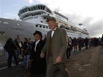 Nigel (direita) e Sonja Lingard chegam ao Titanic Memorial Cruise para uma parada em Cobh, na Irlanda, 9 de abril de 2012. REUTERS/Chris Helgren