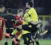 Robert Lewandowski, do Borussia Dortmund, carrega Ivan perisic após a vitória de seu time sobre o Bayern de Munique em Dortmund, 11 de abril de 2012. REUTERS/Wolfgang Rattay