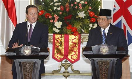 Britain's Prime Minister David Cameron (L) and Indonesian President Susilo Bambang Yudhoyono give a news conference after their meeting at Merdeka Palace in Jakarta April 11, 2012. REUTERS/Supri