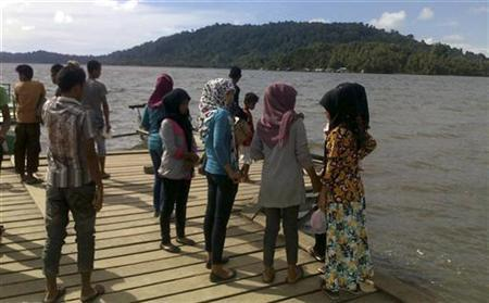 Residents gather at Sibigo bay to see water recede after an earthquake hit, on Indonesia's island of Simeulue off Aceh's southern coast April 11, 2012. REUTERS/Ahmadi