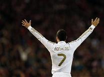 """Форвард """"Реала"""" радуется второму голу, забитому в ворота """"Атлитико"""" на игре в Мадриде, 11 апреля 2012 года. """"Реал"""" восстановил в среду четырехочковый отрыв от """"Барселоны"""" после крупной победы в мадридском дерби над """"Атлетико"""" со счетом 4-1, а на первых ролях вновь оказался Криштиану Роналду, сделавший седьмой хет-трик в чемпионате Испании в нынешнем сезоне. REUTERS/Juan Medina"""