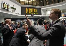 Трейдеры работают на бирже в Лондоне, 14 февраля 2012 года. Европейские рынки акций открылись повышением котировок в ожидании важного аукциона гособлигаций Италии. REUTERS/Luke MacGregor