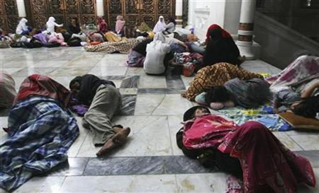 Residents sleep on the floor of Baiturrahman Mosque after an earthquake hit Banda Aceh, in Indonesia's Aceh province, April 12, 2012. REUTERS/Junaidi Hanafiah