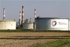 <p>Les valeurs pétrolières pèsent sur la cote à la Bourse de Paris. Total recule de 1,7% et l'indice Stoxx des pétrolières et parapétrolières recule de 1,6%, plus forte baisse sectorielle en Europe. /Photo d'archives/REUTERS/Charles Platiau</p>