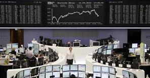 Трейдеры работают в торговом зале фондовой биржи во Франкфурте-на-Майне, 11 апреля 2012 года. Европейские акции снижаются из-за спада в нефтяном секторе, вызванного сообщениями о возможном разливе нефти в районе платформы Royal Dutch Shell в Мексиканском заливе. REUTERS/Remote/Tobias Schwarz