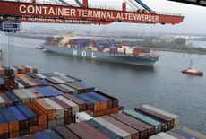"""<p>La croissance du commerce international va décélérer en 2012 pour la deuxième année consécutive et sera ramenée à un taux de 3,7%, mais de """"graves"""" risques pourraient la faire baisser encore plus, sous sa moyenne de 5,4% observée sur 20 ans, estime l'Organisation mondiale du commerce. /Photo prise le 25 octobre 2011/REUTERS/Fabian Bimmer</p>"""