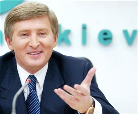 Ukrainian steel and coal magnate Rinat Akhmetov answers journalist's question during his news conference in Kiev, March 30, 2006. REUTERS/Ivan Chernichkin