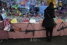 Женщина у прилавка уличного торговца в Кракове 6 апреля 2012 года. Рост мировой торговли замедлится в 2012 году до 3,7 процента, но серьезные риски могут затормозить его еще сильнее, отдаляя от 20- летнего среднего значения в 5,4 процента, сообщила в четверг Всемирная торговая организация. REUTERS/Kacper Pempel