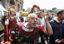 """<p>Les touristes ont assisté à une scène insolite devant le Colisée à Rome : des centurions romains affrontant des policiers municipaux. La police est intervenue pour faire appliquer un décret municipal interdisant aux modernes """"centurions"""" de se faire photographier en échange de quelques billets. /Photo prise le 12 avril 2012/REUTERS/Tony Gentile</p>"""