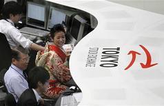 Trader al lavoro a Tokyo.   REUTERS/Kim Kyung-Hoon