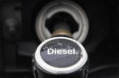 Заправочный пистолет на АЗС в Берлине, 3 апреля 2012 г. Цены на нефть снижаются после публикации слабых данных о росте ВВП Китая в первом квартале. REUTERS/Tobias Schwarz