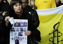 Надежда Атаева из Узбекистана протестует против визита президента Узбекистана Ислама Каримова в Европейскую комиссию в Брюсселе 24 января 2011. Помощь из США не помешала нарушениям прав человека в Узбекистане, говорят правозащитники. REUTERS/Francois Lenoir
