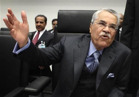 Saudi Arabian Oil Minister Ali al-Naimi talks to journalist during an OPEC meeting in Vienna, December 14, 2011. REUTERS/Heinz-Peter Bader
