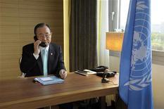 Генсек ООН Пан Ги Мун разговаривает со спецпредставителем в Сирии Кофи Аннаном по телефону в Женеве12 апреля 2012. По меньшей мере три демонстранта были убиты сирийскими силами безопасности в пятницу, на второй день перемирия после 13 месяцев кровопролитных столкновений, сообщили активисты оппозиции. REUTERS/UN Photo/Evan Schneider/Handout