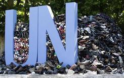 """Куча обуви, собранная в рамках проекта """"8372..."""" в память о жертвах геноцида в Сребренице, в Стамбуле, 9 июля 2011 года. Верховный суд Голландии постановил в пятницу, что Организация объединенных наций не может быть ответчиком в судах страны по обвинениям в непредотвращении геноцида боснийских мусульман в Сребренице во время войны в Югославии. REUTERS/Murad Sezer"""