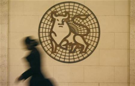 A woman walks past the Merrill Lynch logo outside their offices in the City of London March 6, 2009. REUTERS/Andrew Winning (BRITAIN)