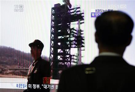A South Korean passenger looks at a TV report on North Korea's rocket launch at Seoul railway station in Seoul April 13, 2012. REUTERS/Kim Hong-Ji