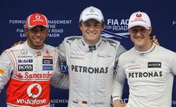 Pole position da Fórmula 1 pela Mercedes, piloto alemão Nico Rosberg, o segundo colocado da McLaren, o britânico Lewis Hamilton, e o terceiro colocado, o alemão Michael Schumacher, da equipe Mercerdes, posam após treino de classificação para o Grande Prêmio da China de F1, no Circuito Internacional de Xangai. 14/04/2012   REUTERS/Aly Song