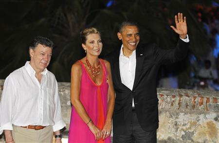 Colombia's President Juan Manuel Santos (L) and his wife Maria Clemencia Rodriguez (2nd L) receive U.S. President Barack Obama as they arrive at the San Felipe Castle for a state dinner before the start of the Summit of the Americas in Cartagena April 13, 2012. The summit will be held from April 14 to 15. REUTERS/Enrique Marcarian