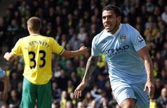 Carlos Tevez (D), do Manchester City, comemora após marcar segundo gol contra o Norwich City pelo campeonato inglês, em Norwich. 14/04/2012  REUTERS/Andrew Winning