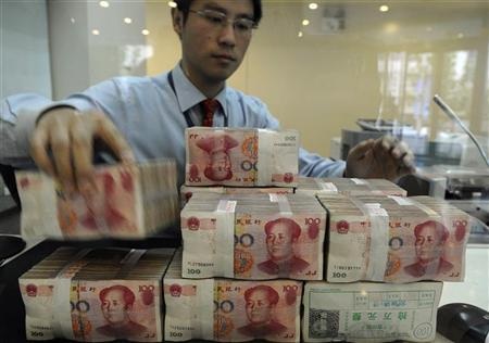 An employee counts Chinese yuan banknotes at a bank in Hefei, Anhui province November 11, 2010. REUTERS/Stringer