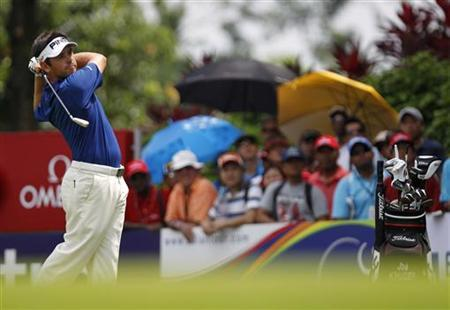 Louis Oosthuizen of South Africa watches his tee shot on the 16th hole before winning the European PGA Tour Malaysian Open at the Kuala Lumpur Golf and Country Club April 15, 2012. Oosthuizen bounced back from last week's U.S. Masters heartbreak by romping to a three-stroke win in the rain-hit Malaysian Open in Kuala Lumpur on Sunday. REUTERS/Bazuki Muhammad