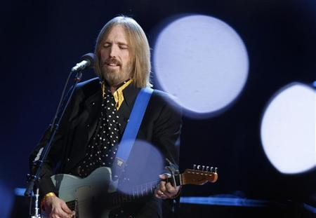 Singer and songwriter Tom Petty performs during the half time show of the NFL's Super Bowl XLII football game between the New England Patriots and the New York Giants in Glendale, Arizona February 3, 2008. REUTERS/Lucy Nicholson