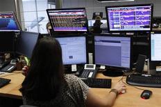 Трейдер следит за ходом торгов в банке в Лиссабоне, 18 мая 2011 года. Европейские рынки акций открылись снижением котировок. REUTERS/Hugo Correia