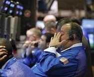 Трейдеры работают в торговом зале биржи на Уолл-стрит в Нью-Йорке, 13 апреля 2012 года. После худших двух недель с ноября Уолл-стрит будет ориентироваться на квартальные результаты компаний этой недели, чтобы определить, исчерпан ли недавний откат котировок или надвигается более сильное снижение рынка. REUTERS/Brendan McDermid