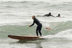 A man practices paddle surfing at La Pampilla beach in Lima August 16, 2009. REUTERS/Enrique Castro-Mendivil