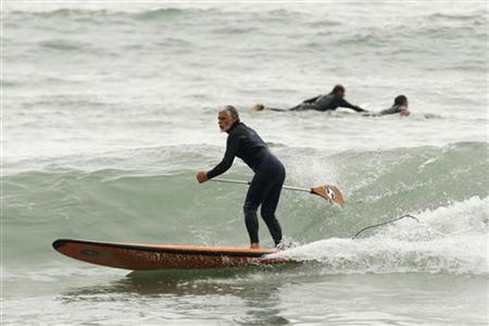 A man practices paddle surfing at La Pampilla beach in Lima August 16, 2009. REUTERS/Enrique Castro-Mendivil