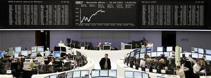 Трейдеры работают в зале Франкфуртской фондовой биржи, 16 апреля 2012 г. Европейские акции растут благодаря успешному началу сезона финансовой отчетности американских компаний. REUTERS/Stringer