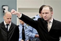 """Норвежец Андерс Брейвик в суде в Осло 16 апреля 2012 года. Норвежец Андерс Брейвик, убивший 77 человек в Осло и его окрестностях прошлым летом, прибыл в понедельник под вооруженным конвоем в столичный суд и, поприветствовав собравшихся """"римским салютом"""" сжатой в кулаке рукой, отказался признавать полномочия судей. REUTERS/Hakon Mosvold Larsen/Pool"""