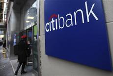 Женщина заходит в офис Citibank в Нью-Йорке, 17 января 2012 г. Прибыль Citigroup Inc в первом квартале 2012 года составила $0,95 на акцию при прогнозе $1,00 на акцию, сообщила компания в понедельник. REUTERS/Shannon Stapleton