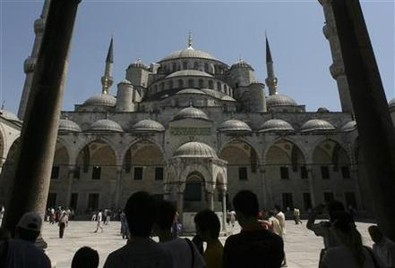 Tourists stand in front of the Blue Mosque in Istanbul July 17, 2007.  REUTERS/Osman Orsal