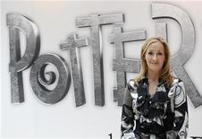 Autora britânica J.K. Rowling, criadora da série Harry Potter, posa durante lançamento do website Pottermore, em Londres, em junho de 2011. Rowling está trabalhando em uma enciclopédia sobre Harry Potter e vai doar seus ganhos para caridade. 23/06/2011  REUTERS/Suzanne Plunkett