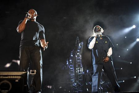 Dr. Dre (L) and Snoop Dogg perform at the 2012 Coachella Valley Music and Arts Festival in Indio, California April 15, 2012. REUTERS/David McNew