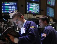 Трейдеры работают в торговом зале биржи в Нью-Йорке, 11 апреля 2012 года. Индекс Dow вырос в понедельник, так как хорошие данные о розничных продажах поддержали акции крупных потребительских компаний, но 4-процентное падение Apple ударило по индексу Nasdaq. REUTERS/Brendan McDermid