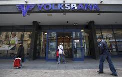 Люди около отделения Volksbank в Загребе 12 апреля 2012 года. Крупнейший в РФ государственный Сбербанк, купивший свой первый актив в Центральной и Восточной Европе - австрийский Volksbank, хочет к 2016 году увеличить долю на рынке этого региона почти в три раза, запустив корпоративный и ритейловый бизнес. REUTERS/Antonio Bronic