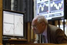 Трейдер за рабочим местом на Мадридской фондовой бирже 16 января 2012 года. Европейские акции существенно выросли во вторник после удачного долгового аукциона Испании наряду с оптимистичной статистикой из Германии и на фоне хороших отчетов американских корпораций. REUTERS/Andrea Comas
