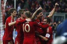 Gomez (de mãos para o alto) comemora gol do Bayern de Munique contra o Real Madrid nesta terça-feira.   REUTERS/Kai Pfaffenbach