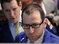 Трейдеры работают в торговом зале фондовой биржи в Нью-Йорке, 9 апреля 2012 года. Американские акции во вторник показали лучший дневной рост за месяц благодаря сильным квартальным результатам крупных компаний и смягчению опасений по поводу европейского долгового кризиса.  REUTERS/Brendan McDermid