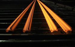Раскаленные стальные рельсы на заводе в Новокузнецке, 18 декабря 2008 года. Третий по величине производитель стали в РФ Магнитогорский металлургический комбинат по итогам 2011 года получил чистый убыток по МСФО в размере $125 миллионов по сравнению с прибылью в $232 миллиона в 2010 году. REUTERS/Denis Sinyakov