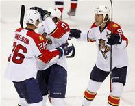 """Хоккеисты """"Флориды"""" поздравляют Брайана Кэмпбелла (в центре) после забитой им шайбы в ворота """"Нью-Джерси"""" на игре НХЛ в Нью-Джерси, 18 апреля 2012 г. """"Флорида"""" отыграла во вторник три шайбы в третьем матче серии плей-офф Кубка Стэнли против """"Нью-Джерси"""" и повела в противостоянии до четырех побед со счетом 2-1. REUTERS/Gary Hershorn"""