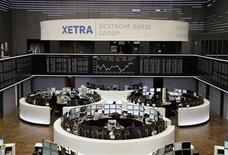 Общий вид на зал Франкфуртской фондовой биржи, 12 апреля 2012 г. Европейские акции снижаются из-за генерирующих компаний, прежде всего, испанской Iberdrola. REUTERS/Amanda Andersen