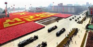 """Военный парад в Пхеньяне по случаю столетней годовщины со дня рождения Ким Ир Сена, 15 апреля 2012 года. Северная Корея, навлекшая на себя гнев мировой общественности после неудачного запуска ракеты на прошлой неделе, в среду заявила, что готова к """"ответным мерам"""", которыми может стать проведение новых ядерных испытаний. REUTERS/KCNA"""