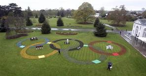 Anéis Olímpicos feitos com mais de 25 mil flores são vistos no Kew Gardens, em Londres. 18/04/2012  REUTERS/ Lewis Whyld/Pool