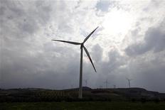 Ветровые турбины на юге Турции, 2 апреля 2012 г. Сильные ветра вынудили власти Турции временно прекратить сообщение по мостам через Босфор, а авиакомпанию Turkish Airlines - отменить десятки международных и внутренних рейсов. REUTERS/Osman Orsal